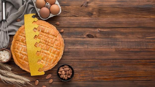 Deliziosa epifania torta dessert in legno copia spazio sfondo