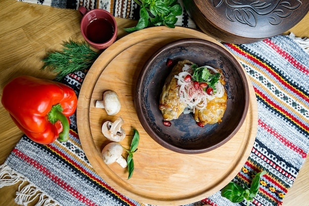 Deliziosa cucina europea e slava sul grande tavolo in attesa degli ospiti