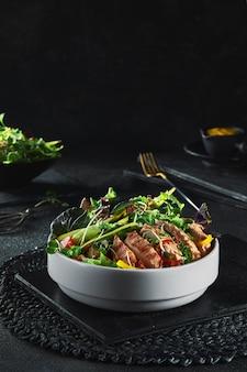 Cibo delizioso con erbe e insalate