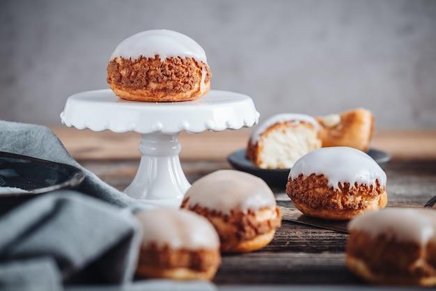 Deliziosi pasticcini francesi choux craquelin ripieni di crema
