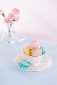 Delizioso dessert francese. macaron o amaretto per torta colorata pastello