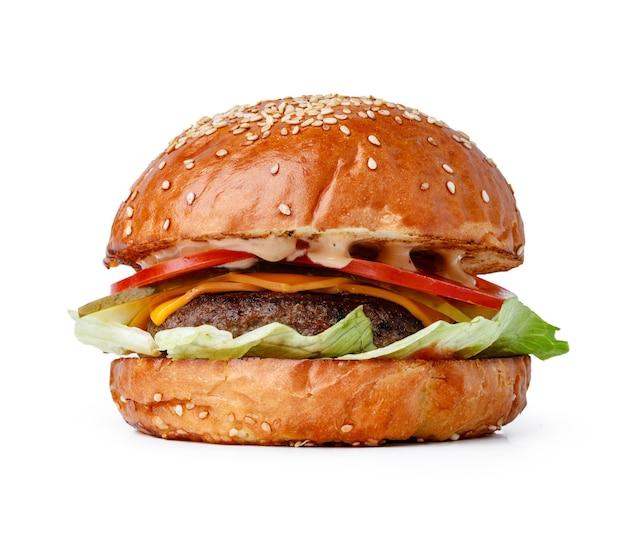 Hamburger fresco delizioso isolato sulla fine bianca del fondo su