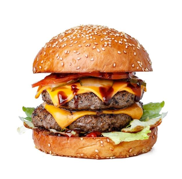 Hamburger fresco delizioso isolato su priorità bassa bianca