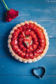 Deliziosa torta charlotte fresca con fragole e biscotti savoiardi
