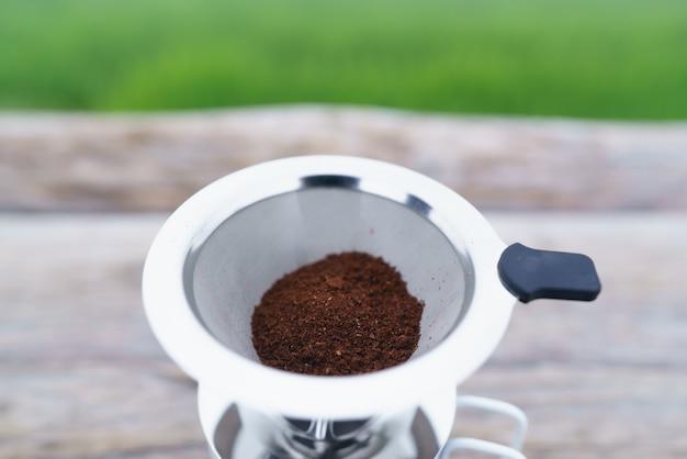 Deliziosa polvere di caffè fresca nel filtro del caffè