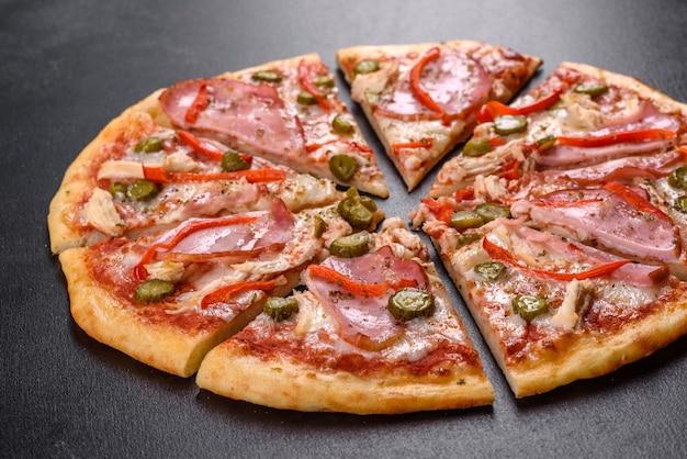 Deliziosa pizza fresca croccante dal forno con prosciutto e pepe bulgaro. cucina italiana