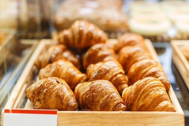 Deliziosi croissant freschi nel negozio
