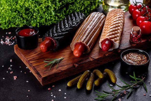 Deliziosi hotdog caldi freschi con vari tipi di panini e salsicce. fast food, cibo non utile