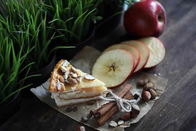 Deliziosa torta di pasta fresca con cannella e frutta
