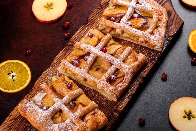 Deliziosa torta fresca al forno con mele, pere e bacche. dolci freschi per una deliziosa colazione