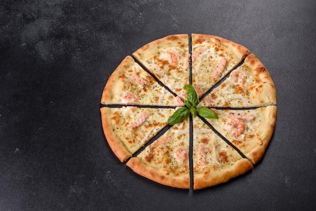 Deliziosa pizza al forno di pesce fresco: pesce rosso e gamberetti. cibo salutare. cucina italiana