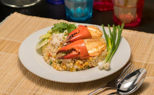 Delizioso riso fritto con granchio, riso fritto con granchio di mare e verdura sul piatto bianco.