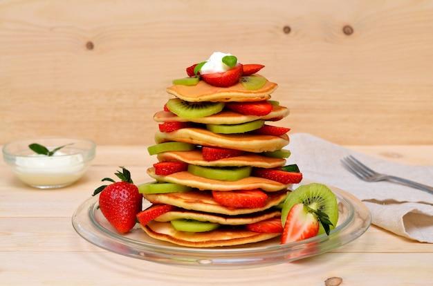 Deliziose frittelle di frutta con kiwi e fragole