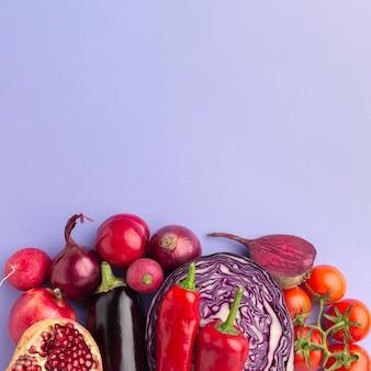 Vista dall'alto di deliziosi frutti e verdure