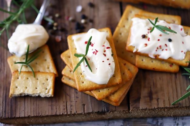 Deliziosi cracker all'aglio con crema di formaggio