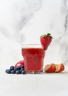 Delizioso bicchiere con succo fruttato