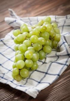 Uva deliziosa su un tavolo da cucina