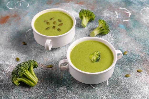 Zuppa di crema di broccoli fatta in casa verde deliziosa.