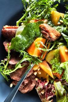Deliziosa carne di anatra alla griglia con zucca arrosto