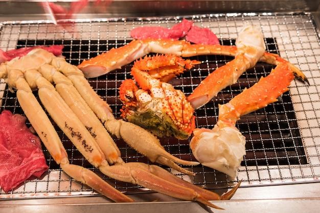 Delizioso piatto di pesce alla griglia, zampe di granchio reale e barbabietola