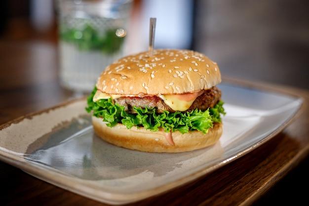 Hamburger delizioso su un piatto