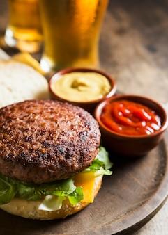 Delizioso hamburger con bicchieri di birra