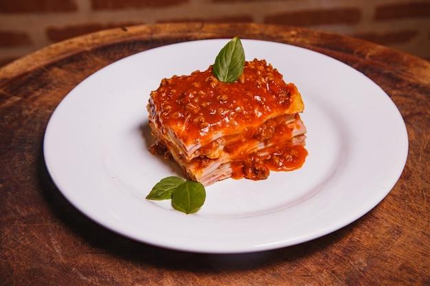 Deliziose lasagne fatte in casa con spazio per il testo