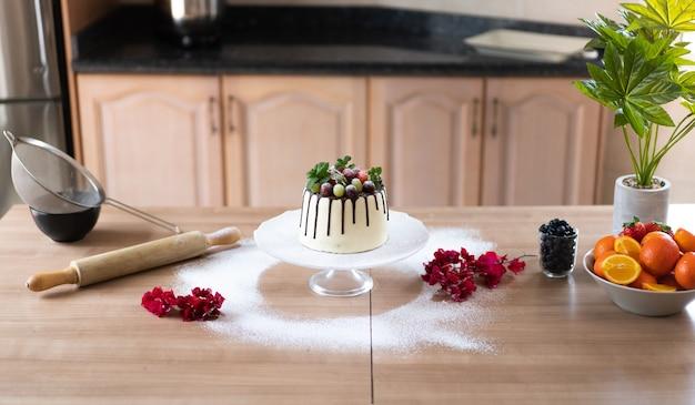 Deliziosa torta al cioccolato fatta in casa con frutta