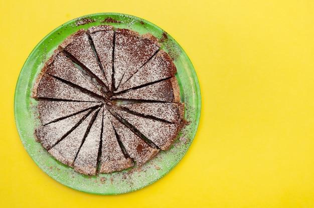 Deliziosa crostata al cioccolato artigianale con zucchero a velo