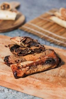Deliziosa merenda al cioccolato croccante fatta in casa su legno