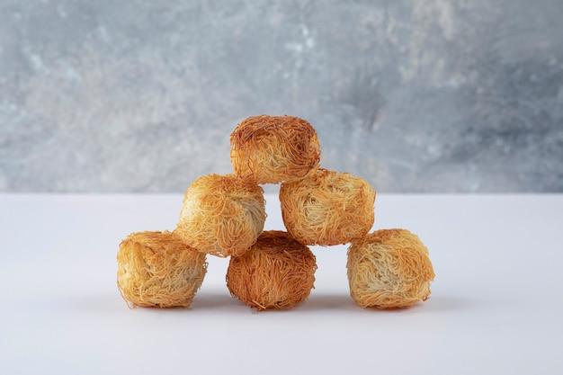 Deliziosi biscotti croccanti fatti in casa su un tavolo bianco.