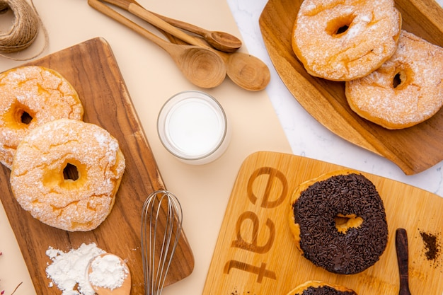Deliziosa ciambella fatta in casa o ciambella la ciambella è popolare in molti paesi e viene preparata in varie forme come snack dolce che può essere fatta in casa o acquistata nei supermercati delle panetterie