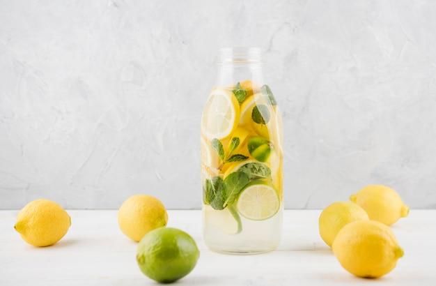 Deliziosa limonata fatta in casa pronta per essere servita