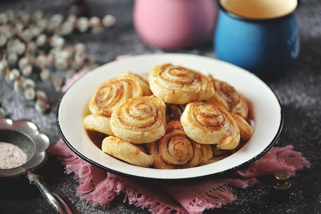 Deliziosi biscotti di pasta sfoglia fatti in casa con zucchero e cannella