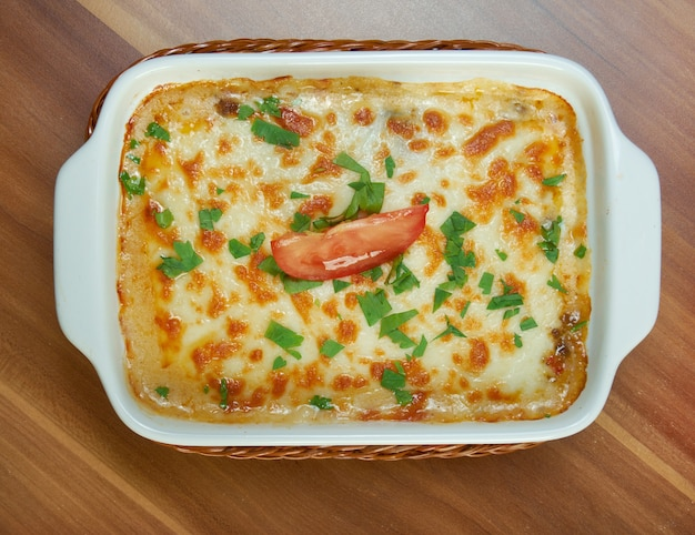 Deliziose lasagne di verdure fatte in casa con pomodoro, paprika, cipolla e zucchine