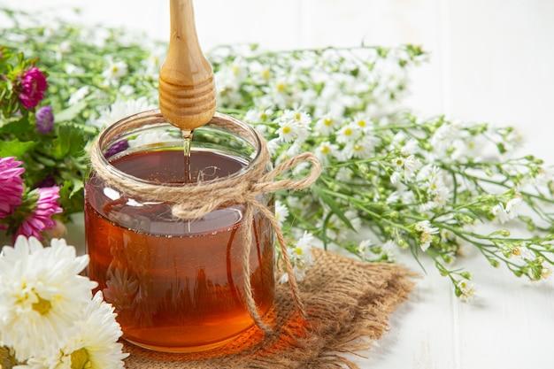 Delizioso miele sulla superficie in legno bianco