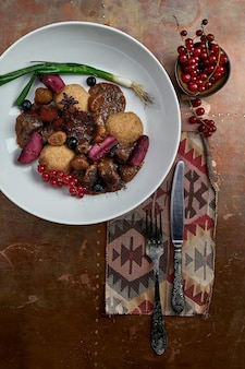 Delizioso piatto di hummus con frutti di bosco, verdure e salsa sullo sfondo del ristorante. piatto hummus per ristorante.