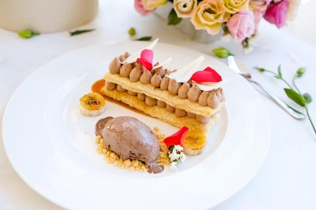 Concetto delizioso del ristorante del dessert del gelato. arte culinaria. fotografia di cibo.