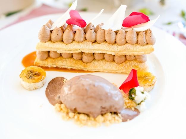 Concetto delizioso del ristorante del dessert del gelato. arte culinaria. fotografia di cibo. Foto Premium