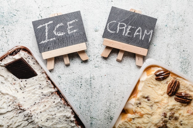 Deliziosi dessert al gelato con vari condimenti.