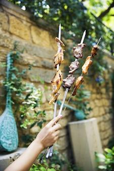 Delizioso kebab preparato all'aperto.