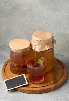 Composizione deliziosa della bevanda del kombucha Foto Premium