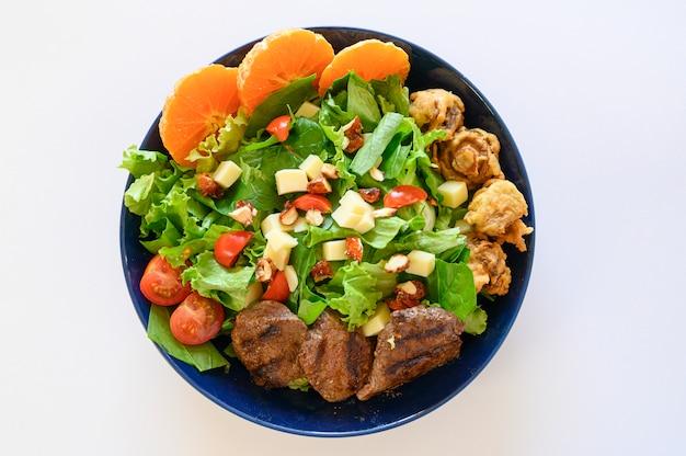 Deliziosa insalata di carne con arrosto di manzo