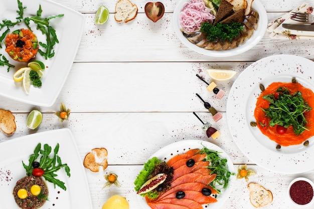 Deliziosi spuntini mediterranei sulla tavola bianca