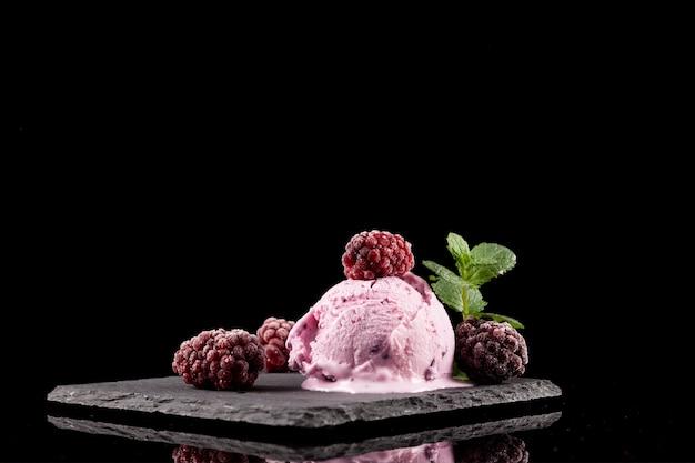 Delizioso gelato alla mora fondente con frutti di bosco congelati. prodotto biologico fatto in casa.