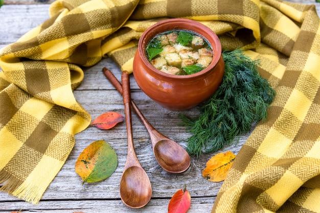 Deliziosa zuppa di funghi con crostini di pane in stile autunnale Foto Premium
