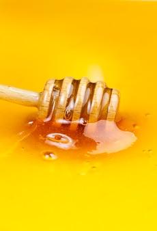 Delizioso e naturale miele di tiglio raccolto dalle api mellifere