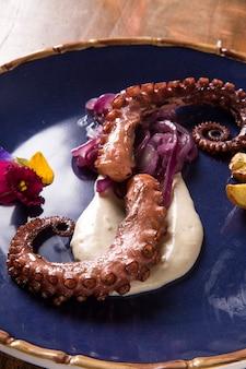 Delizioso piatto di polpo con tartufo bianco