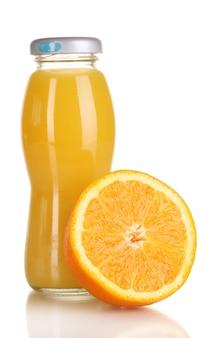 Delizioso succo d'arancia in una bottiglia e arancia accanto ad essa su bianco