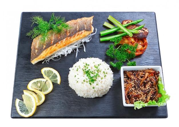 Pesce e funghi orientali deliziosi del sushi del piatto. su un muro bianco